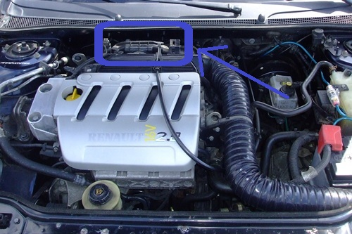 Motorsteuergerät 16 V befindet sich hinter dem Motor.