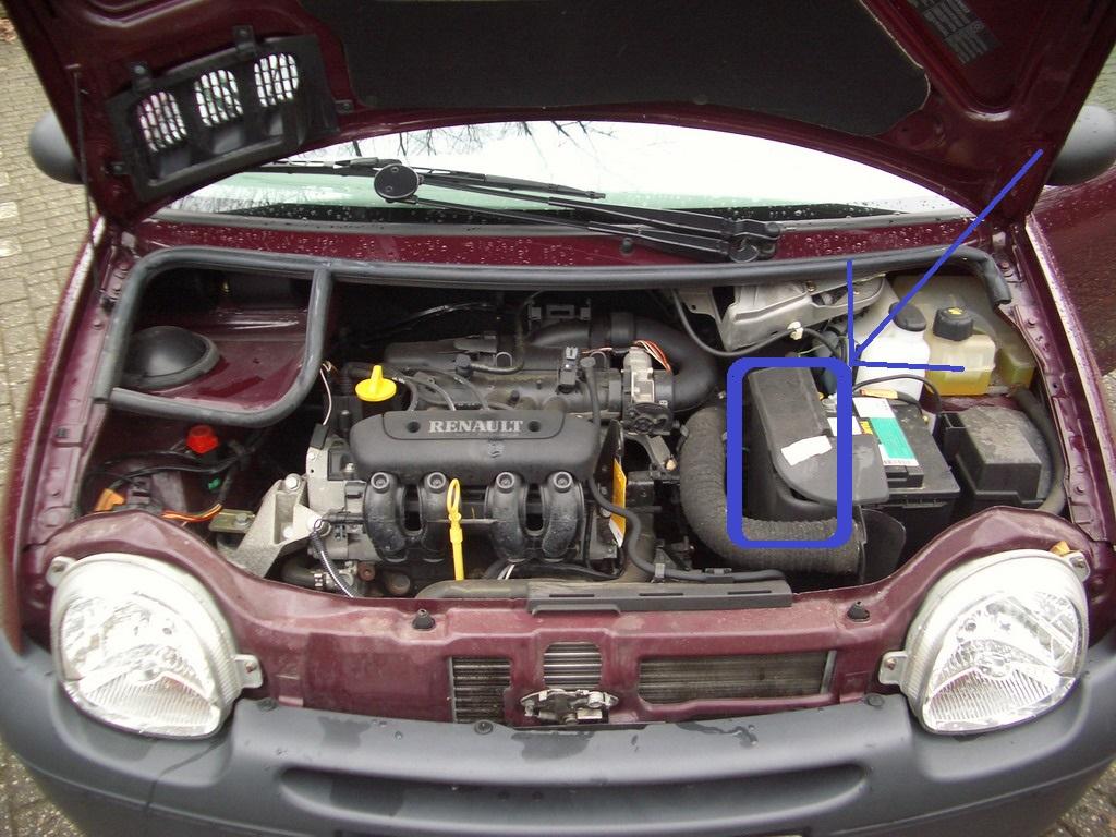 Renault Twingo - Motorsteuergerät ist unter der  schwarzen Abdeckung